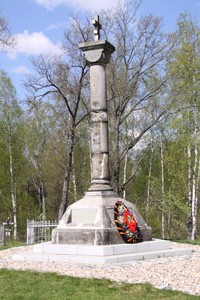 An 1812 Monument today, damaged in the fighting at the Utitsy Mound in 1941. The Tsarist Eagle changed to Red Star and then Orthodox cross as above. Below, Soviet and German soldiers in the shadow of the eagle at Borodino Field in 1941.