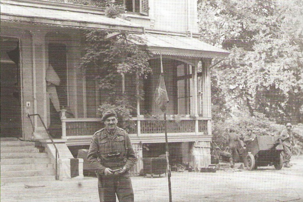 General Urquhart the Division commander, during a pause of fighting in September 1944